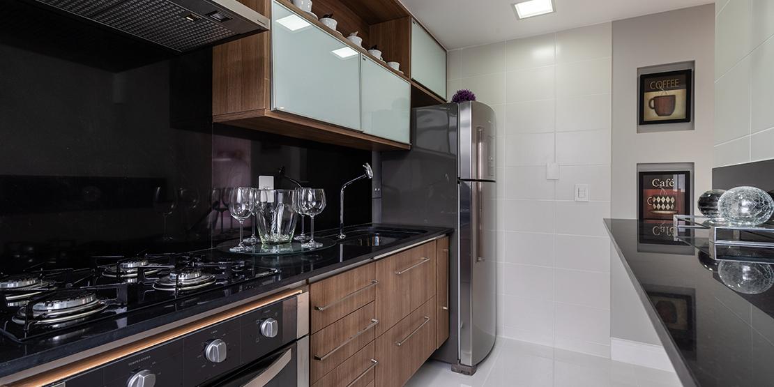 Cozinha e área de serviço do apartamento decorado Villaggio Florença
